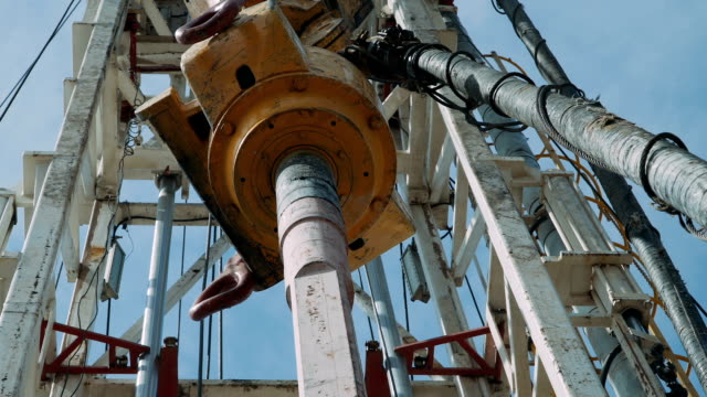 stockvideo's en b-roll-footage met olie drilling rig - olie industrie