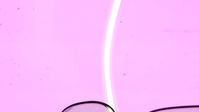 vídeos de stock e filmes b-roll de óleo gotas de líquido que possam cair. acrílico, óleo. plano aproximado - oleo palma