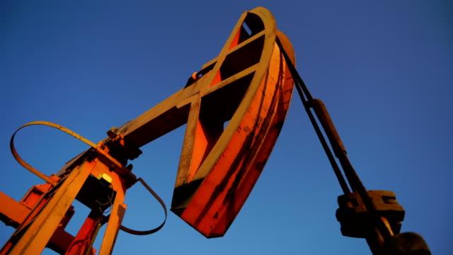 vídeos de stock e filmes b-roll de oil field - barrica