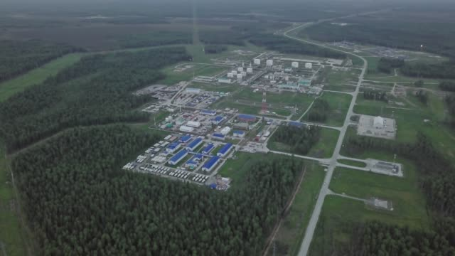 oil industry. russian oil field in siberia. oil refinery and residential areas of the oil corporation taken from the air. - quartiere generale video stock e b–roll