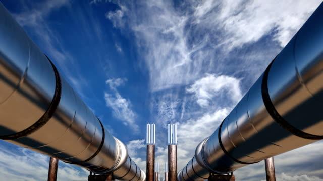 vídeos y material grabado en eventos de stock de 2 pipas de aceite bajo cielo azul - tubería