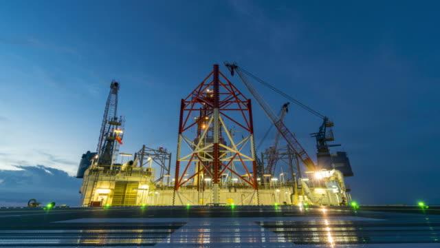 stockvideo's en b-roll-footage met olieplatform - dag nacht, tijd vervalt - olieraffinaderij