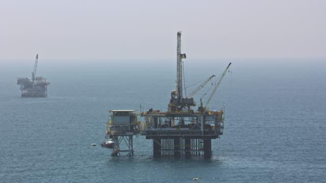 vídeos de stock, filmes e b-roll de plataformas aéreas de petróleo no oceano em califórnia - equipamento