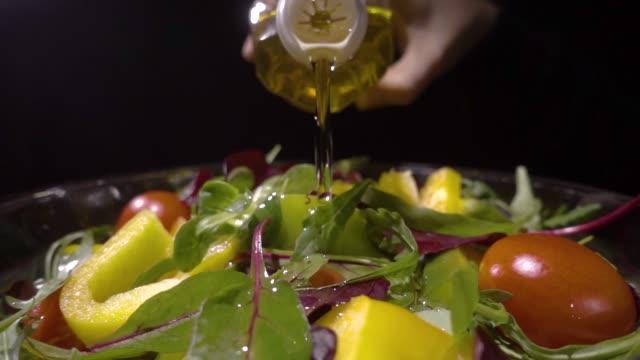 ミックスサラダにオイルを注ぐ - サラダ点の映像素材/bロール