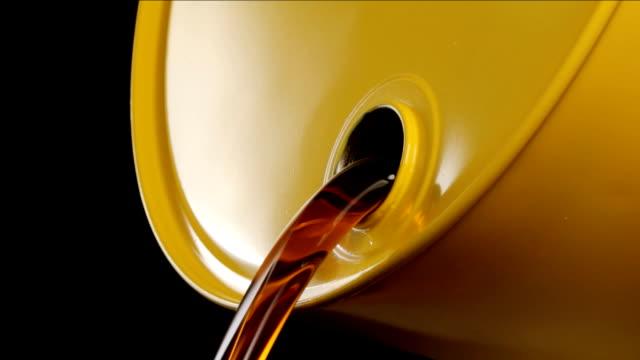 vídeos de stock e filmes b-roll de potes de barril de petróleo - barrica