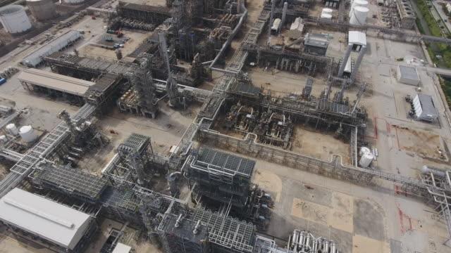 空中写真で複雑なパイプを備えた石油精製所と化学プラント ビデオ