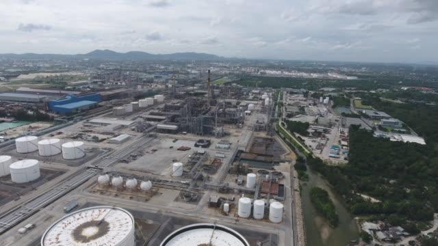 航空写真で複雑なパイプを使用した石油精製所と化学プラント ビデオ