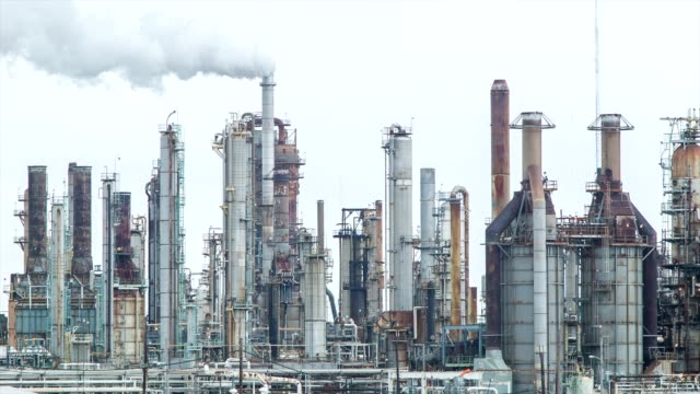 stockvideo's en b-roll-footage met oil refinery closeup movement - olieraffinaderij