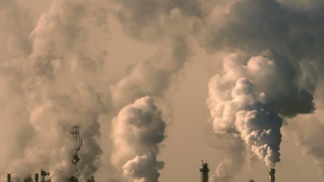 stockvideo's en b-roll-footage met oil refinery emitting green house gases - olieraffinaderij