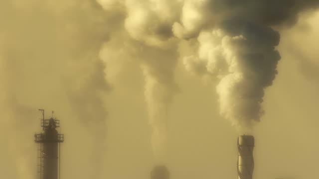 vidéos et rushes de raffinerie de pétrole émettre de gaz à effet de serre - canicule