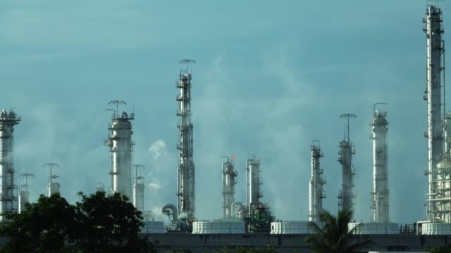 vidéos et rushes de raffinerie de pétrole émettant des gaz à effet de serre. - canicule