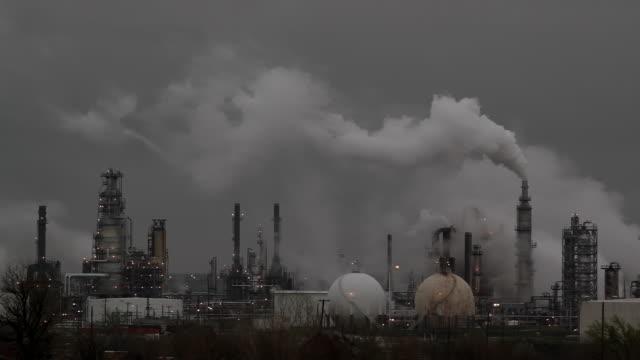 stockvideo's en b-roll-footage met oil refinery horizontal smoke - luchtvervuiling