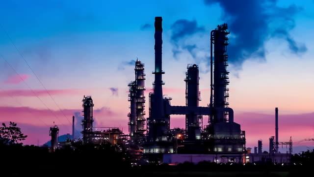 stockvideo's en b-roll-footage met oil refinery plant at twilight morning - olieraffinaderij