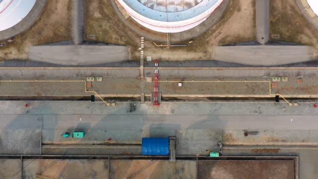 vidéos et rushes de usine de raffinerie de pétrole de la zone industrielle, vue aérienne industrie pétrolière et gazière, réservoir de stockage d'huile d'usine de raffinerie et acier de canalisation la nuit. - équipement agricole