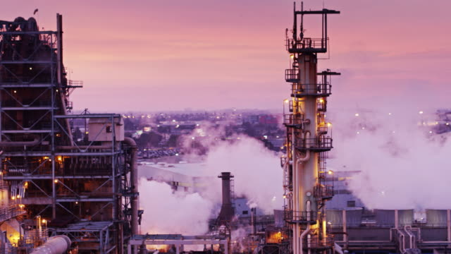 stockvideo's en b-roll-footage met olieraffinaderij onder roze sky - drone shot - olieraffinaderij