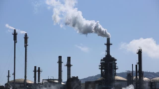 stockvideo's en b-roll-footage met olie raffinage broeikasgas - broeikasgas