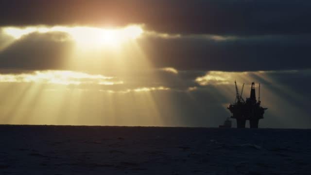vídeos de stock, filmes e b-roll de plataforma petrolífera offshore no mar do norte - equipamento