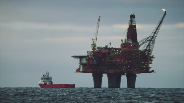 stockvideo's en b-roll-footage met booreiland offshore platform in de noordzee - olie industrie