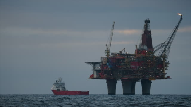 offshore-plattform der ölplattform in der nordsee - bohranlage stock-videos und b-roll-filmmaterial