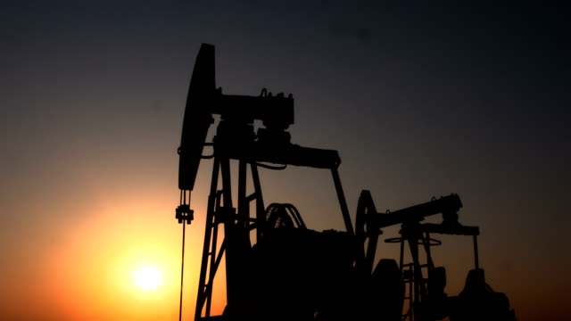 vídeos de stock, filmes e b-roll de plataforma petrolífera - equipamento