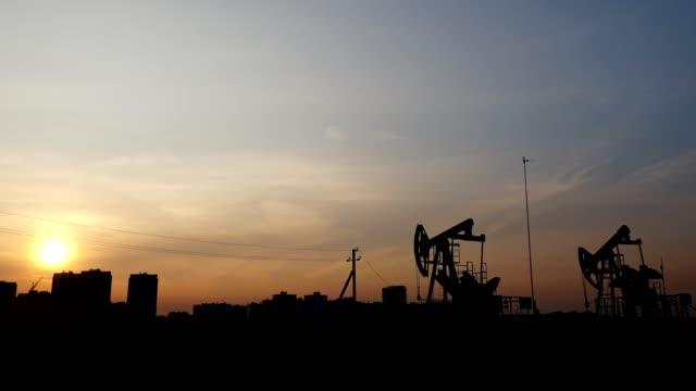 夕焼けの空を背景にオイルロッキングチェア - 人の居住地点の映像素材/bロール