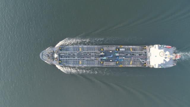 vídeos y material grabado en eventos de stock de velocidad máxima de la cisterna nave en el mar a la refinería de petróleo para el transporte o energía fondo de concepto de aceite. - imperfección