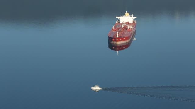 vídeos de stock, filmes e b-roll de petroleiro e iate - navio tanque embarcação industrial