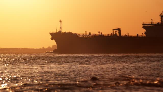 vídeos de stock, filmes e b-roll de petroleiro entrar harbor (1080p - navio tanque embarcação industrial