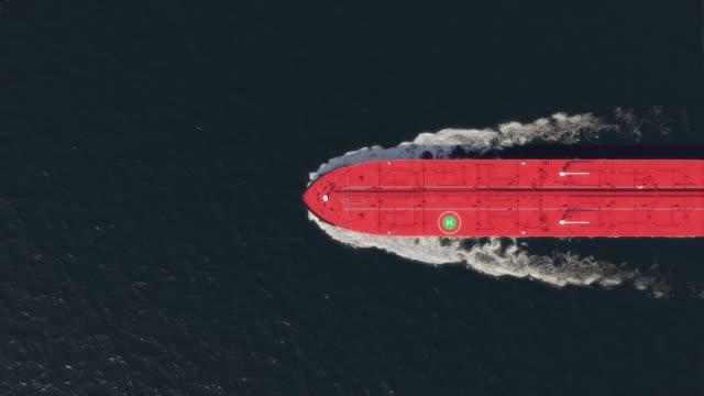 oil tanker floating in the ocean, top view - gaz filmów i materiałów b-roll