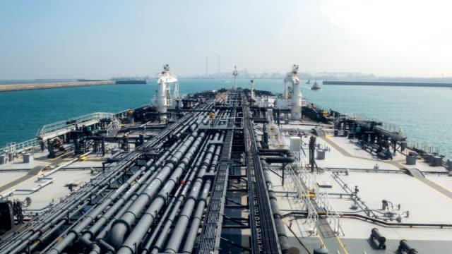 vídeos de stock, filmes e b-roll de petroleiro está entrando para o porto. - navio tanque embarcação industrial