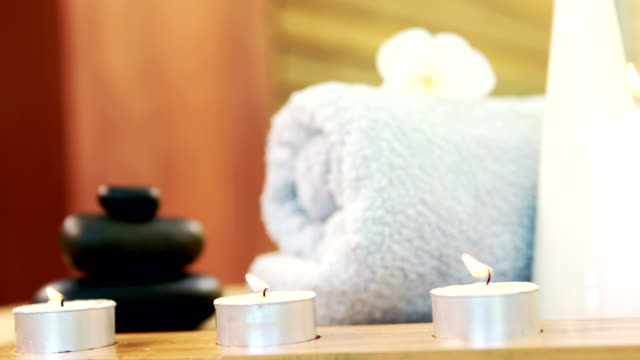 vidéos et rushes de huile, serviettes, bougies et galets - soin spa