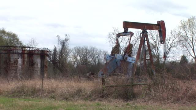 oil well 2 - välstånd bildbanksvideor och videomaterial från bakom kulisserna
