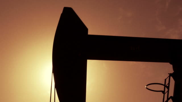 stockvideo's en b-roll-footage met oil well close up - olie industrie