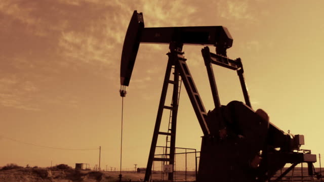 stockvideo's en b-roll-footage met oil well - aardolie