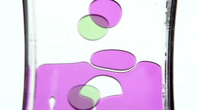 vídeos de stock e filmes b-roll de óleo ampulheta. cor do óleo. branco. plano aproximado - oleo palma