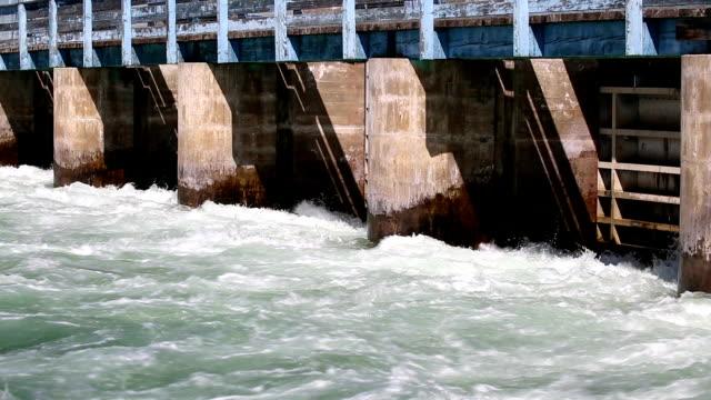vídeos de stock, filmes e b-roll de barragem do rio okanagan - região thompson okanagan colúmbia britânica