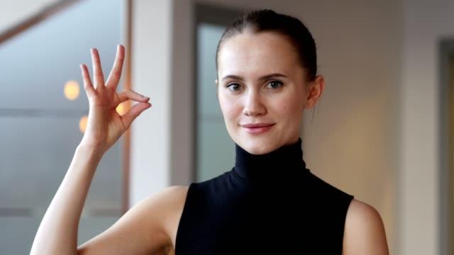segno ok per donna in ufficio - arto umano video stock e b–roll