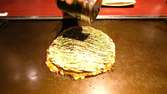 okonomiyaki, japon tarzı gözleme - hiroshima stok videoları ve detay görüntü çekimi