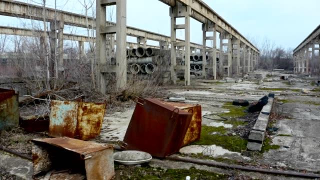 stockvideo's en b-roll-footage met oude verlaten fabriek met betonnen buizen en structuren - verlaten slechte staat