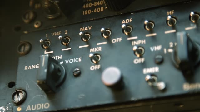 vídeos de stock, filmes e b-roll de antigo cockpit de rádio do avião. - domínio