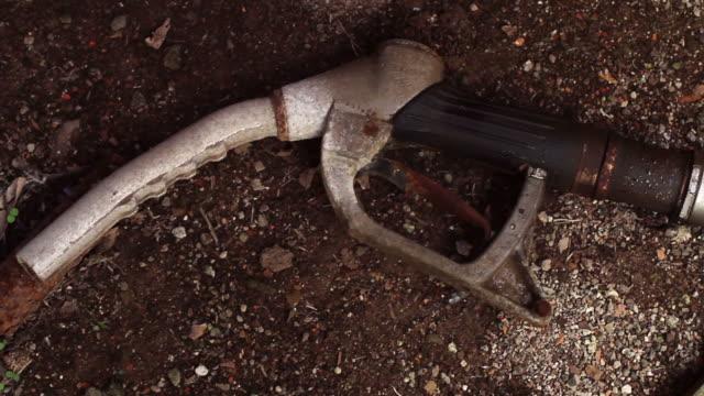 stockvideo's en b-roll-footage met old and rusty fuel pump gauge - infaden