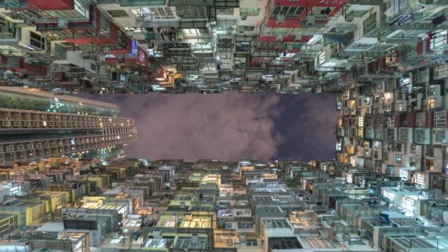 空と香港の古いアパートの建物 - 建物の正面点の映像素材/bロール