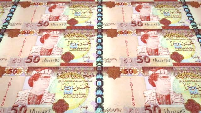 vecchie banconote di cinquanta dinari libici con il ritratto di gheddafi, ansa - libia video stock e b–roll