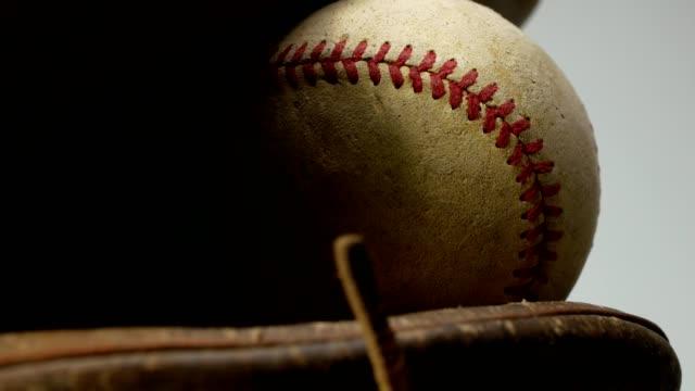 vidéos et rushes de vieux gant de base-ball avec la bille - baseball
