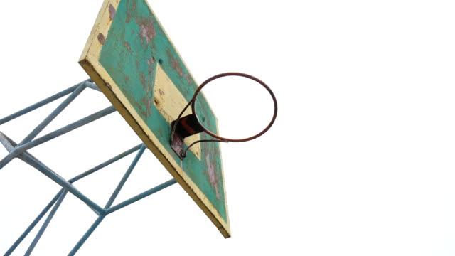 vídeos y material grabado en eventos de stock de antigua pelota de deporte baloncesto aro hierro oxidado al aire libre entra en la canasta - basketball hoop