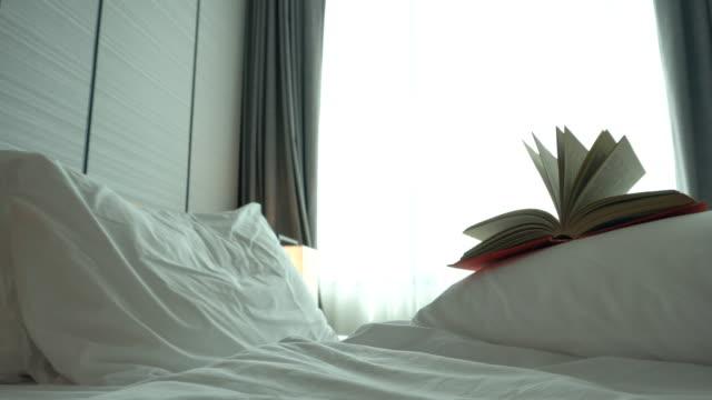 stockvideo's en b-roll-footage met oud boek in de slaapkamer - literatuur
