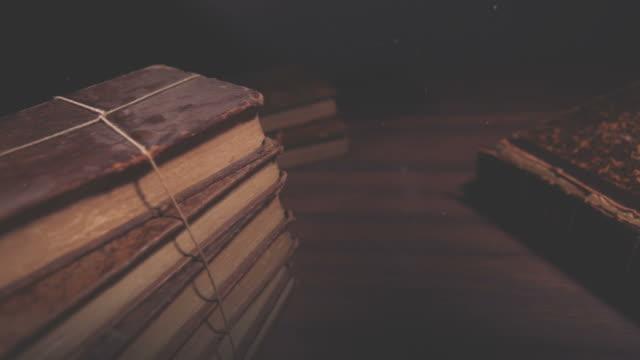 vídeos y material grabado en eventos de stock de libro viejo apertura - clase de escritura