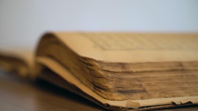 stockvideo's en b-roll-footage met oude boek - literatuur