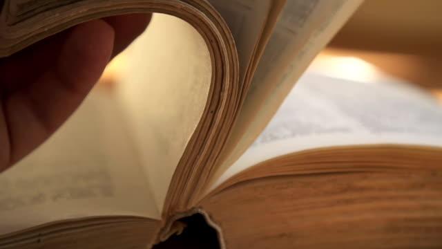 vídeos y material grabado en eventos de stock de libro viejo - libro
