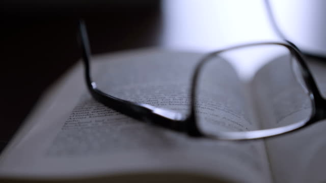 Old Books with glasses - vídeo